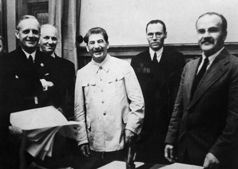 Vokietijos užsienio reikalų ministras Joachimas von Ribentropas (kairėje), sovietų lyderis Josifas Stalinas ir užsienio reikalų ministras Večiaslavas Molotovas (dešinėje) 1939 metų rugpjūčio 23 dieną Kremliuje pasirašo Molotovo–Ribentropo paktą. ARCHYVŲ nuotr.