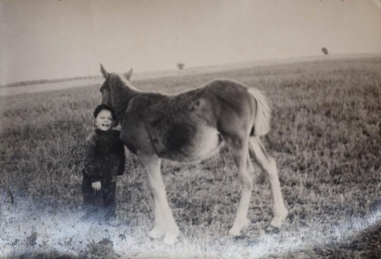 Ši vaikystės nuotrauka, jau Baibokėlių laukuose su lietuvišku žirgeliu Juozui Klioriui labai brangi. M. GARUCKO nuotr.