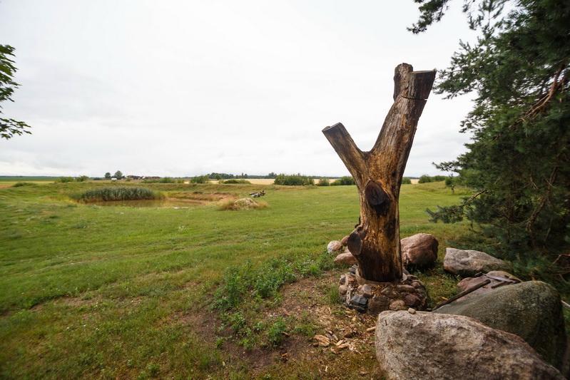Neseniai Algimantas Danilevičius iš medžio pradėjo daryti paminklą –koplytėlę skirtą Baibokams ir jų gyventojams. M. GARUCKO nuotr.
