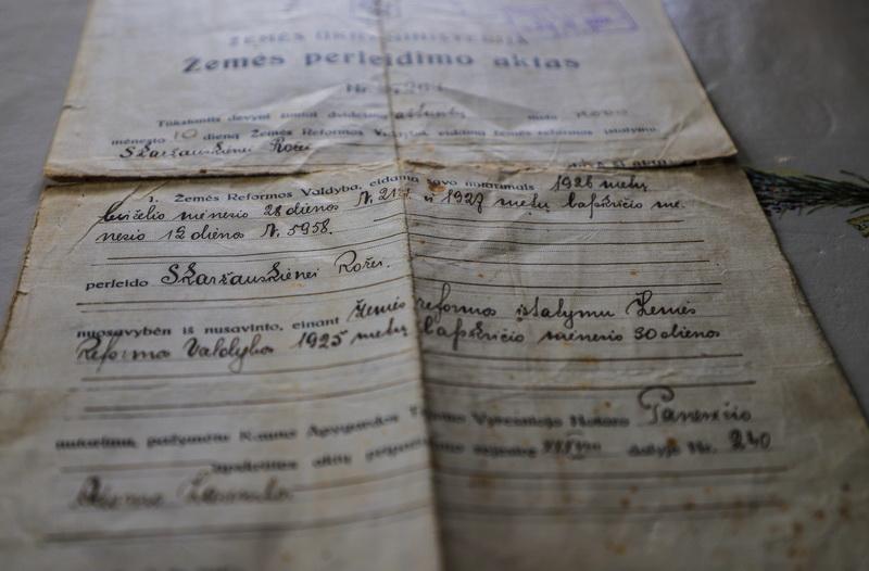 Dokumentus ir užrašus, rastus daugiau kaip prieš šimtą metų statytoje sodyboje ant aukšto tarp spalių, Buzai įrėmino ir saugo. I. STULGAITĖS-KRIUKIENĖS nuotr.