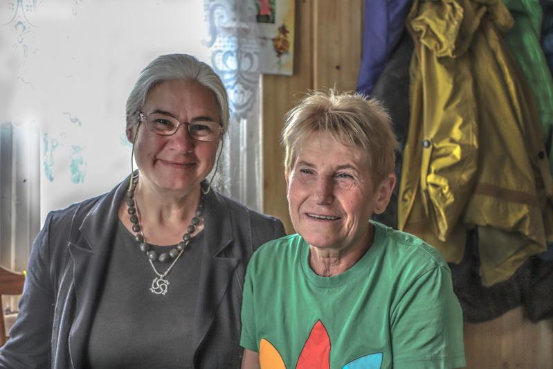 Stipruolių gyventojos Rasma Buzienė ir Salomėja Skaržauskienė. I. STULGAITĖS-KRIUKIENĖS nuotr.