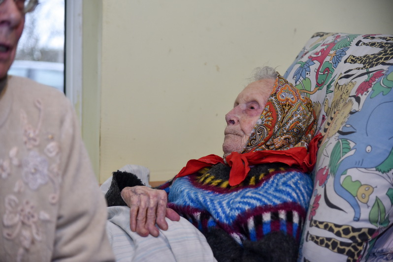 Per Kalėdas 106-ąjį gimtadienį švęsiančiai Naujamiesčio gyventojai Onai Krivickienei patinka atsisėdus lovoje užtraukti jaunystėje mėgtą dainą. P. ŽIDONIO nuotr.
