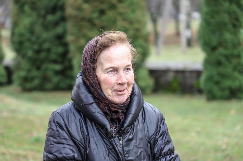 Varpininkė Angelė Gritėnienė pasakoja net savo vardus turinčių bažnyčios varpų įdomią istoriją. I. STULGAITĖS-KRIUKIENĖS nuotr.
