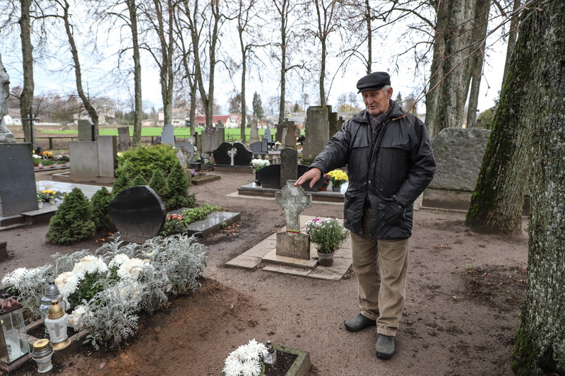 Petras Vanagas atkreipia dėmesį, kiek daug Šilų kapinėse jaunų partizanų kapų. I. STULGAITĖS-KRIUKIENĖS nuotr.