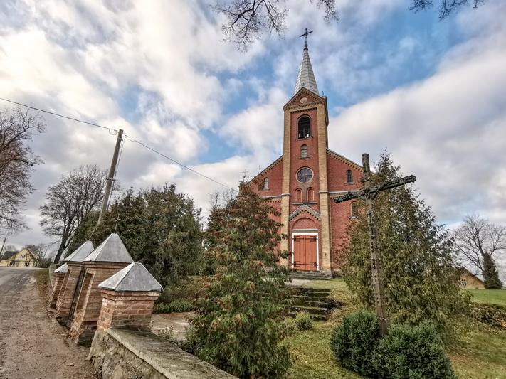 Iškili Šilų Šv. Jėzaus Vardo bažnyčia čia stovi jau daugiau kaip šimtą metų. I. STULGAITĖS-KRIUKIENĖS nuotr.