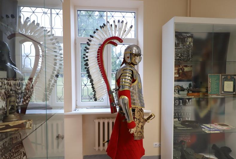 Bataliono pasididžiavimas ir įspūdingiausias dalinio muziejaus eksponatas – autentiška sparnuotojo husaro šarvų kopija. I. STULGAITĖS-KRIUKIENĖS nuotr.