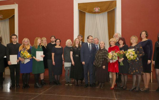 Kultūros ministerijos premija už aktyvią, kūrybingą veiklą kultūros centruose įteikta Panevėžio rajono Paįstrio kultūros centro direktorei Daivai Kiršgalvienei. Organizatorių nuotr.