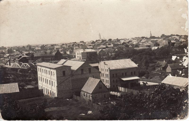 Tarpukariu Leizeris Beras Chazenas buvo vienas turtingiausių Panevėžio žydų. Šioje nuotraukoje įamžintas jam priklausęs malūnas Smėlynės gatvėje, 1944-aisiais susprogdintas besitraukiančių vokiečių. PANEVĖŽIO KRAŠTOTYROS MUZIEJAUS nuotr.