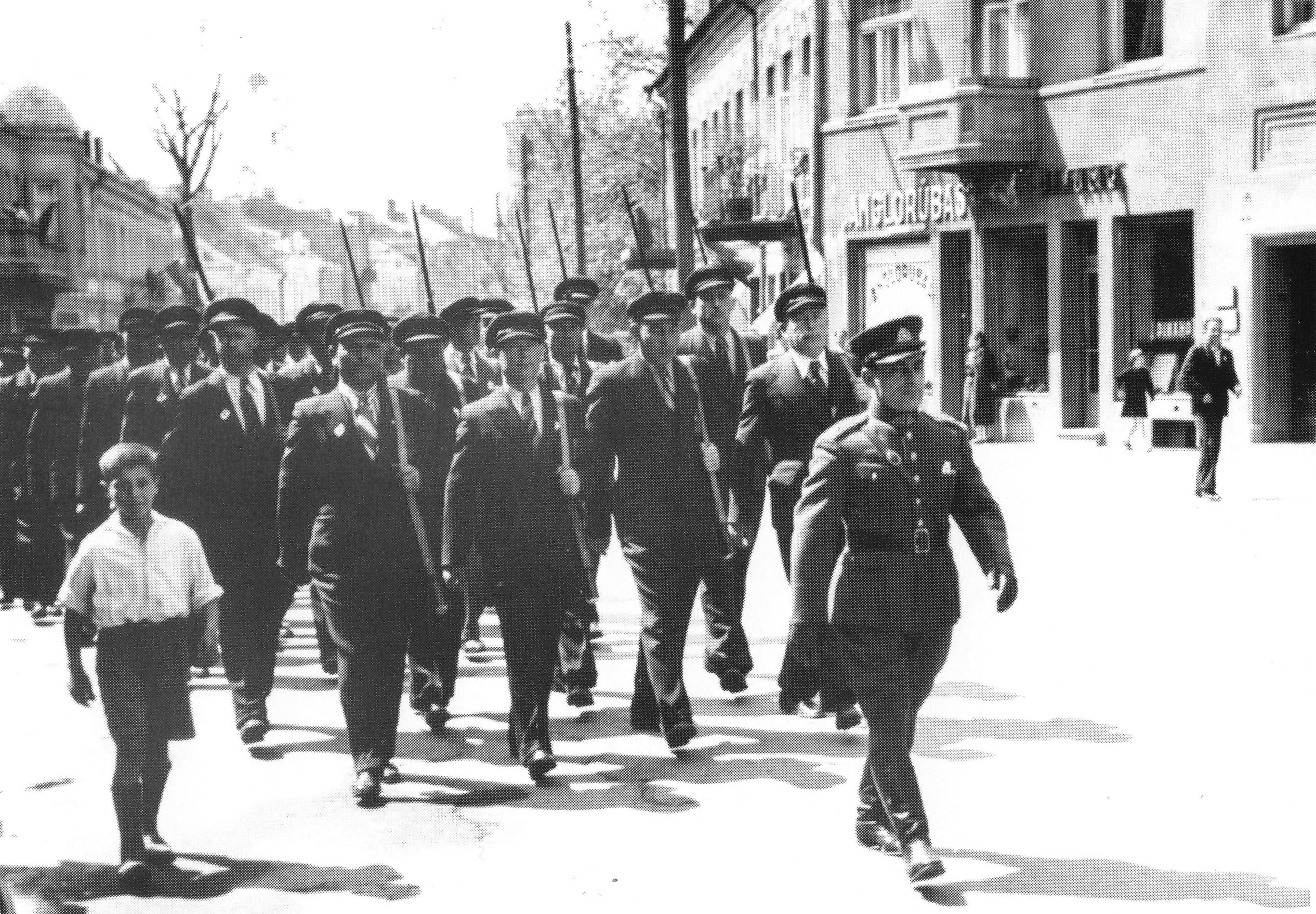 Žydų karių sąjungos Kauno skyrius žygiuoja perduoti 2-ajam Algirdo pulkui už suaukotas lėšas nupirktus šautuvus. 1938-ųjų gegužės 15 diena. LCVA nuotr.