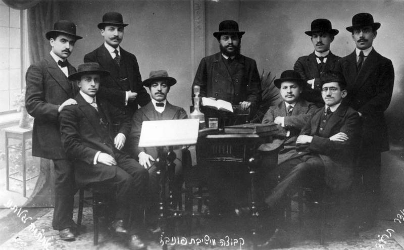 """Panevėžio ješivos – žydų dvasinės seminarijos – studentai 1913-aisiais, Pirmojo pasaulinio karo išvakarėse. Tuo metu mieste su gausia žydų bendruomene klestėjo ir švietimas. Tačiau ješiva išsiskyrė elitiškumu: studijuoti čia priimdavo tik 20 mokyčiausių ir gabiausių jaunuolių. """"YADVASHEM"""" nuotr."""