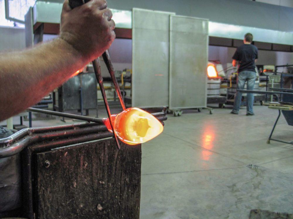 """Koronaviruso pasekmės pasivijo ir Panevėžio meninio stiklo gamintojus. Įmonės """"Glasremis"""" pradėtos derybos su potencialiu partneriu iš Kinijos nutrūko. I. Stulgaitės – Kriukienės nuotr."""