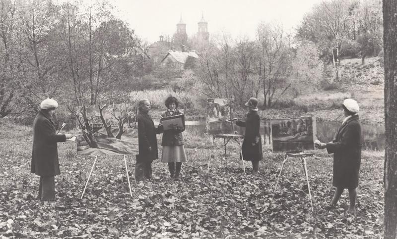 Dailininkas Kazys Naruševičius su jo vadovaujamos dailės mėgėjų studijos narėmis Skaistakalnio parke, XX a. 8 deš. PANEVĖŽIO KRAŠTOTYROS MUZIEJAUS fondų (A. Gylio) nuotr.