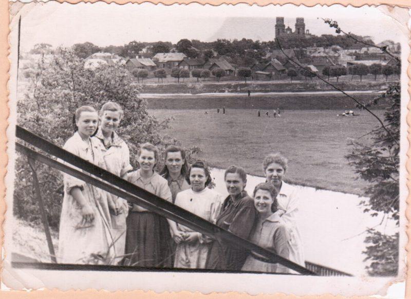 Konservų fabriko gamybos skyriaus darbuotojai. Iš kairės trečia Nina Antipova, šešta Janina Ramanauskienė, brigadininkė, atskirai stovi tolumoje Irena Gruničiūtė. Apie 1956–1957 metus. Viktoro Ramučio VITKAUSKO kolekcijos nuotr.