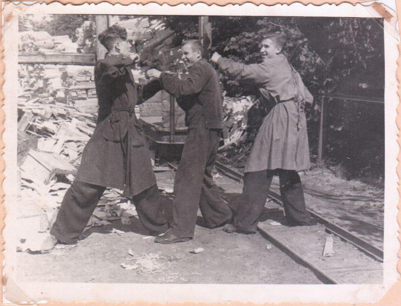 Konservų fabriko taros skyriaus darbuotojai. Pirmas iš dešinės Petras Steponavičius, antras Bronius Šakalys. Apie 1956–1957 metus. Viktoro Ramučio VITKAUSKO kolekcijos nuotr.