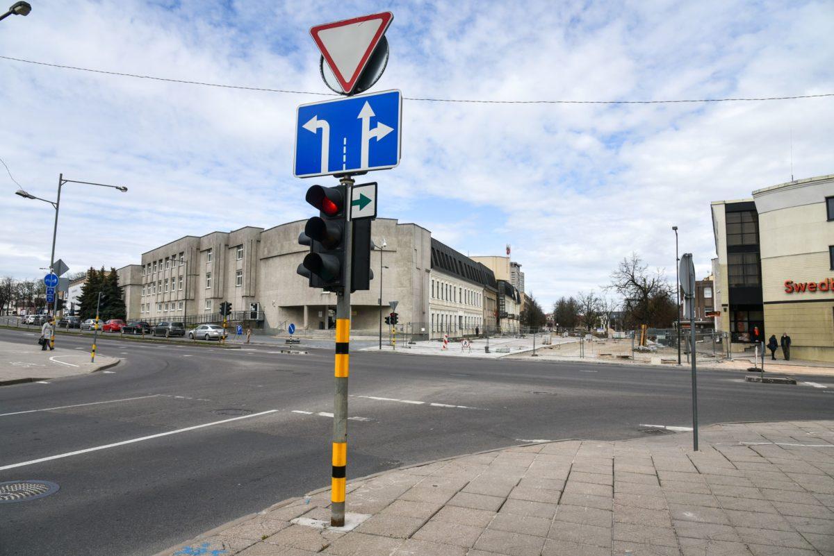 Pasak Savivaldybės specialistų, Ramygalos bei Vilniaus gatvių sankryžos šviesoforą būtina rekonstruoti, nes šioje vietoje eismas iš principo keičiasi. Po Laisvės aikštės rekonstrukcijos nebebus galima įvažiuoti į pačią aikštę – ten liks tik pėsčiųjų zona. P. Židonio nuotr.
