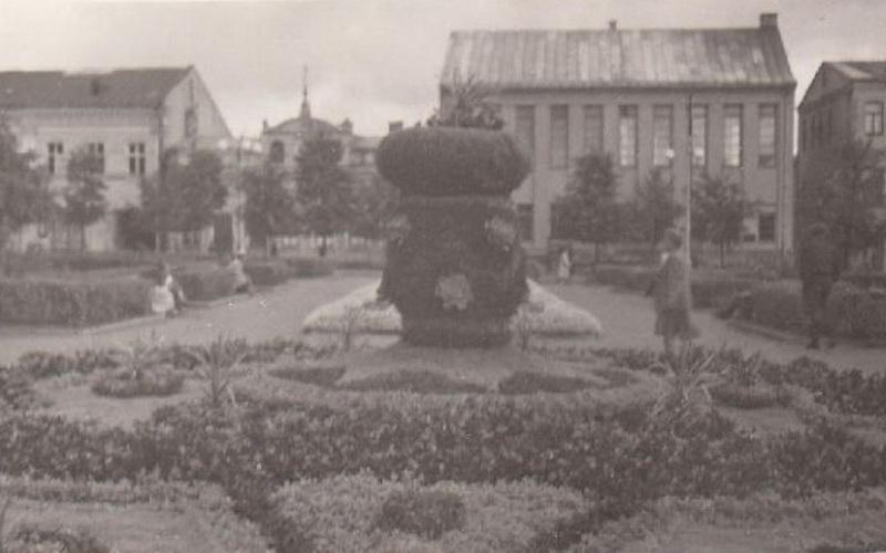 Panevėžys 1949-aisiais. Lenino – dabartinė Laisvės aikštė su fone matomais žydų maldos namais. ŠIAULIŲ REGIONINIO VALSTYBĖS ARCHYVO PANEVĖŽIO FILIALO nuotr.