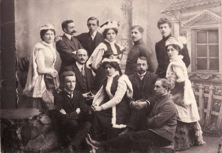 Amžių sandūroje fotografuoti pradėjęs pagal profesiją braižytojas, Leiba Slominskis paliko tiek miesto vaizdus įamžinusių darbų, tiek ir portretų. Fotografijoje – Panevėžio lenkų teatro mėgėjų grupė 1911-aisiais. PANEVĖŽIO KRAŠTOTYROS MUZIEJAUS rinkinių nuotr.
