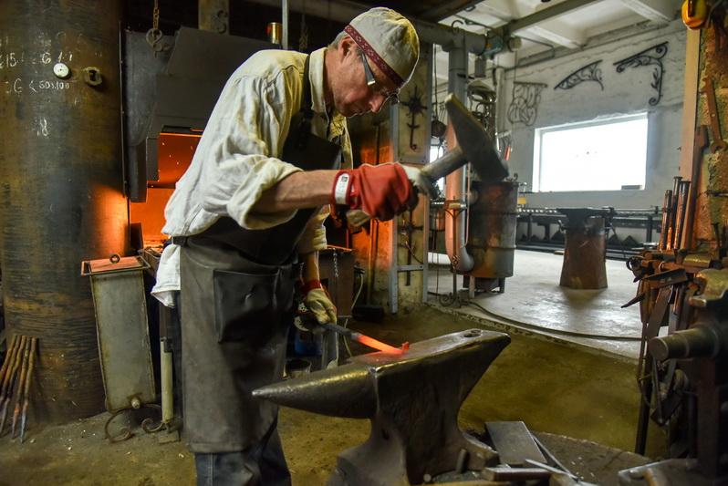 Kalvis Saulius Kronis žino, kad įkaitinus metalą reikia skubiai ir tiksliai iš jo daryti norimą gaminį. P. ŽIDONIO nuotr.