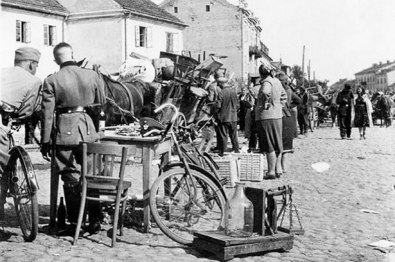 """Tokie vaizdai Antrojo pasaulinio karo metais buvo būdingi visiems getams, ne tik Lenkijos Šydlovece: konfiskuotas žydų turtas, sukrautas tiesiog gatvėje ant grindinio. """"YAD VASHEM"""" nuotr."""