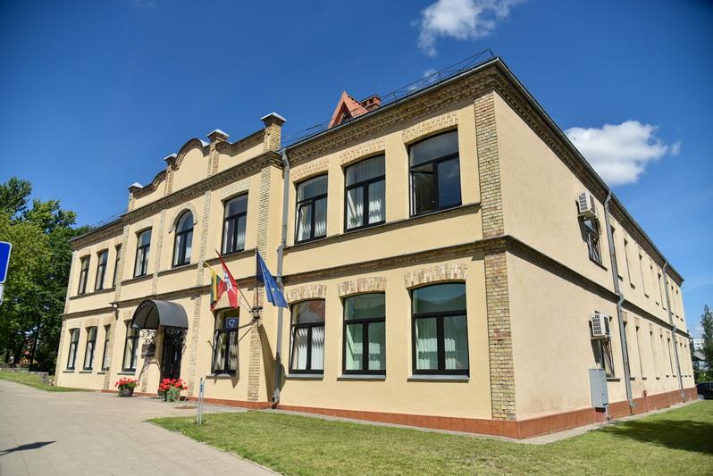 Šis pastatas Panevėžyje Elektros gatvėje irgi kažkada priklausė miesto žydų bendruomenei, jame veikė gimnazija hebrajų kalba. Dabar čia įsikūręs Panevėžio apygardos teismas. P. ŽIDONIO nuotr.