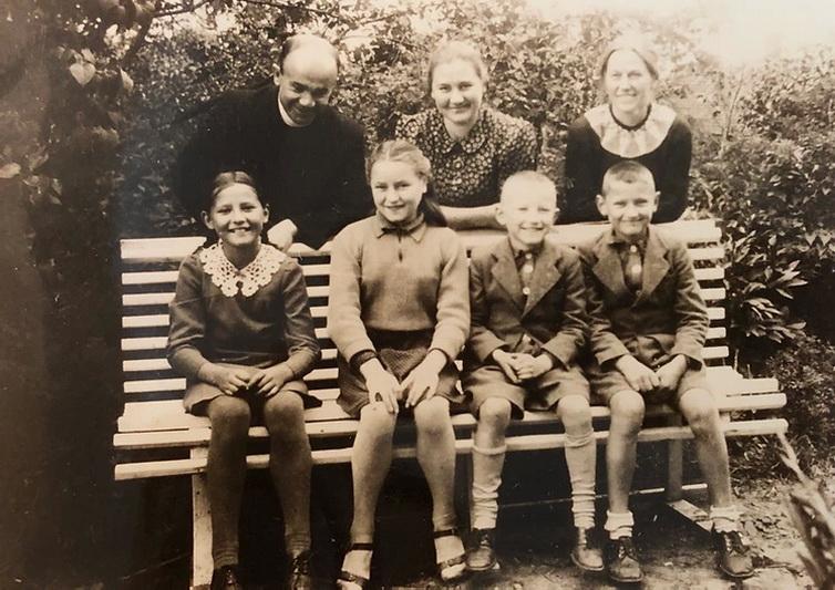Judita Zakstein (antra iš kairės) Panevėžio kunigo Antano Gobio (stovi) globon pateko vos dvylikos. Dvasininkas rado jai saugius namus, tačiau nesiliovė tėviškai rūpintis jam patikėtos žydų mergaitės gerove. YAD VASHEM nuotr.