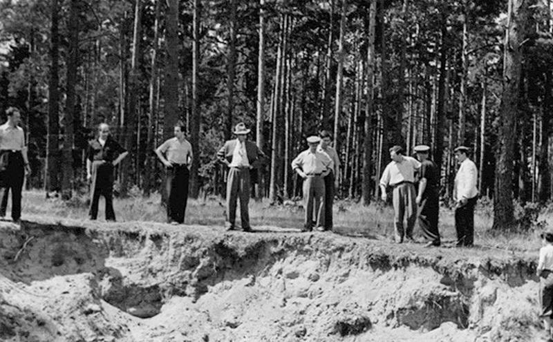 Aukų ekshumacija Staniūnų, arba Kaizerlingo miškelyje. ARCHYVŲ nuotr.