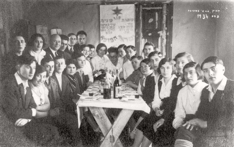 """Pesachos – žydų Velykų vaišių stalas Panevėžio kibuce """"Chaim"""". 1934 metai. """"YAD VASHEM"""" nuotr."""