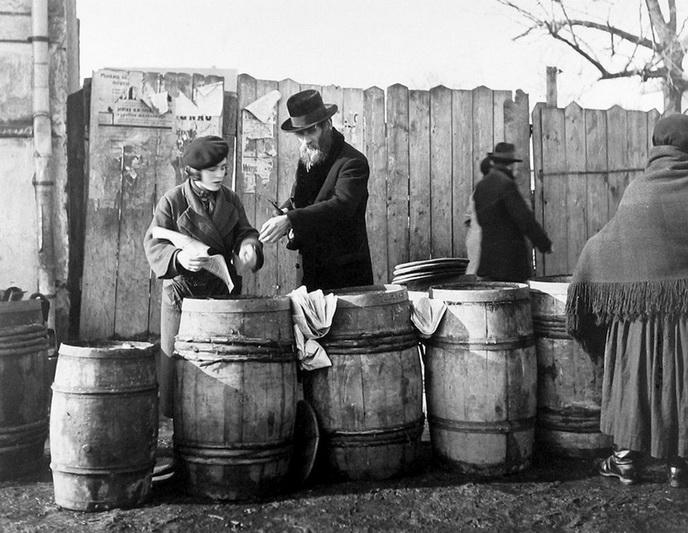 Žydas renkasi silkes šabui. 1937 metai. ARCHYVŲ nuotr.