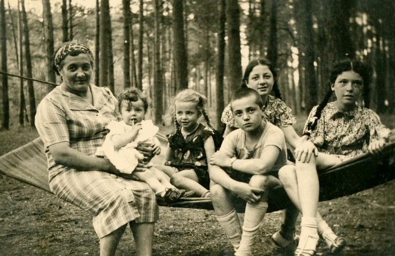 Žydų šeima Žadeikių miško poilsiavietėje 1935-aisiais, likus vos keliems metams iki čia įvykusios tragedijos. PASVALIO KRAŠTO MUZIEJAUS RINKINIŲ nuotr.