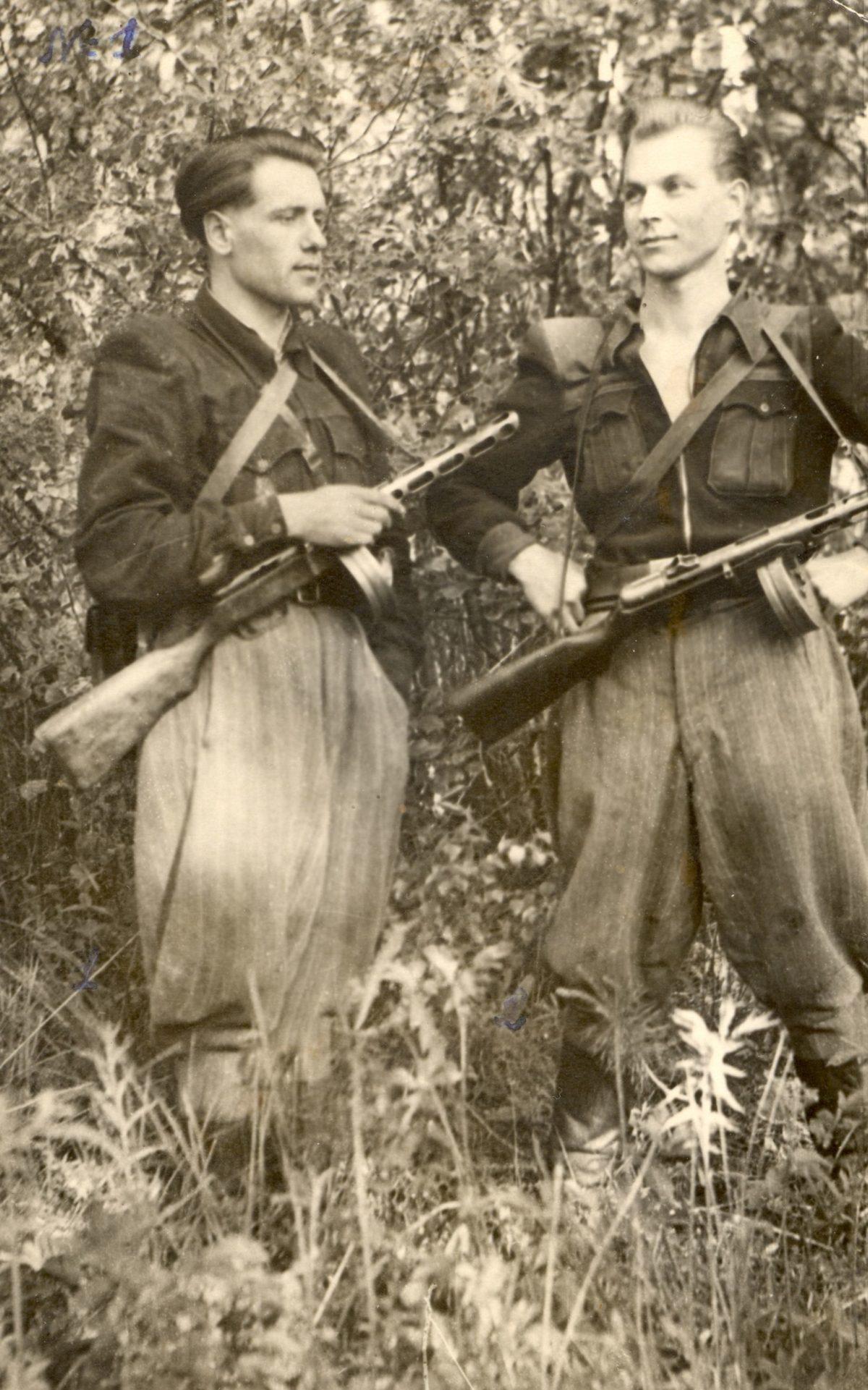 Praėjus šešiems slegiančios nežinomybės dešimtmečiams legendinio partizano J. Streikaus (dešinėje) palaikai pagaliau suras ramybę. Lietuvos gyventojų genocido ir rezistencijos tyrimo centro nuotr.