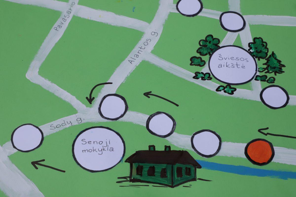 Jaunoji dailininkė žaidimo lentą piešė Velžio žemėlapį apipavidalindama piešiniais. I. Stulgaitės – Kriukienės nuotr.