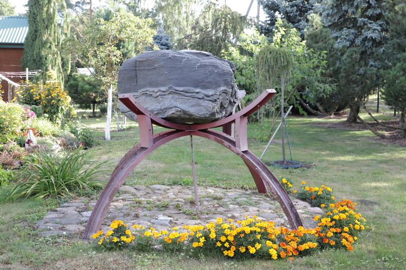 Prie savo namų Krekenavoje Vigandas Petrėnas jau pasistatė ne vieną dirbinį iš akmens. I. STULGAITĖS-KRIUKIENĖS nuotr.