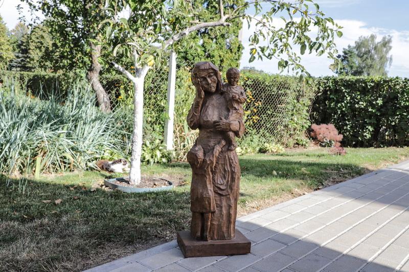 Medinė vaikus globojančios motinos figūra kurta tik peiliu ir kalteliu. I. STULGAITĖS-KRIUKIENĖS nuotr.