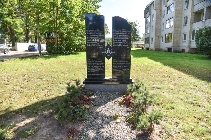 """Stela, skirta organizacijos """"Joint"""" 100 metų veiklos Panevėžyje ir Lietuvoje sukakčiai paminėti. P. ŽIDONIO nuotr."""