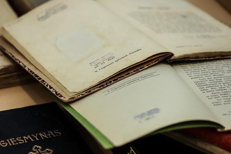 """Tarpukariu Naftalis Feigenzonas išmaniai reklamavo savo spaudinius žadėdamas aukštą produkcijos kokybę už mažą kainą, ir darė tai būtent """"Panevėžio balso"""" puslapiuose. Dalis šių spaudinių dabar laikomi Panevėžio apskrities Gabrielės Petkevičaitės-Bitės viešosios bibliotekos rinkiniuose. I. STULGAITĖS-KRIUKIENĖS nuotr."""