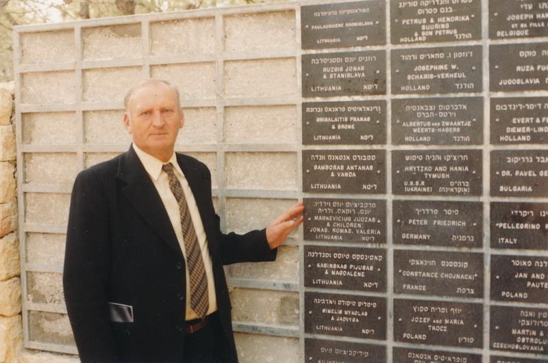 Vidmanto Markevičiaus tėvas Jonas Markevičius Izraelyje prie Pasaulio tautų teisuolių atminimo sienos, kurioje įamžintas ir jo paties vardas. ASMENINIO V. MARKEVIČIAUS ALBUMO nuotr.