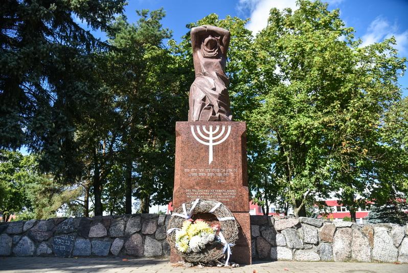 """Skaudžiausius miesto žydų bendruomenės istorijos puslapius primena jau mūsų laikais pastatyti paminklai. Fotografijoje – """"Liūdinti žydų motina"""" buvusių žydų kapinių vietoje. P. ŽIDONIO nuotr."""