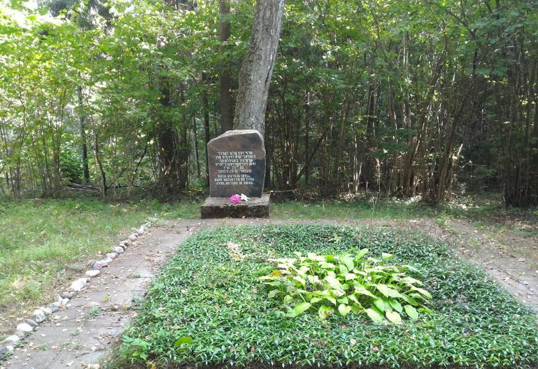 Memorialas Ilčiūnų miške čia sušaudytiems žydams. ASMENINIO V. MARKEVIČIAUS ALBUMO nuotr.