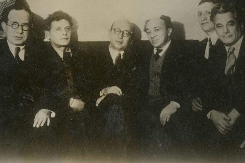 Sovietų Sąjungos žydų kultūrinis veikėjas, aktorius Solomonas Michoelsas (ketvirtas iš kairės) su bendražygiais iš Žydų antifašistinio komiteto. Jo nužudymas 1948-aisiais ir komiteto likvidavimas tapo aktyvios antisemitinės kampanijos Sovietų Sąjungoje pradžia. ARCHYVŲ nuotr.