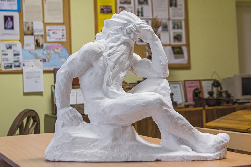 """""""Nevėžio"""" skulptūros gipsinis maketas saugomas Panevėžio rajono Smilgių gimnazijos muziejuje. A. ŽIDONIO nuotr."""