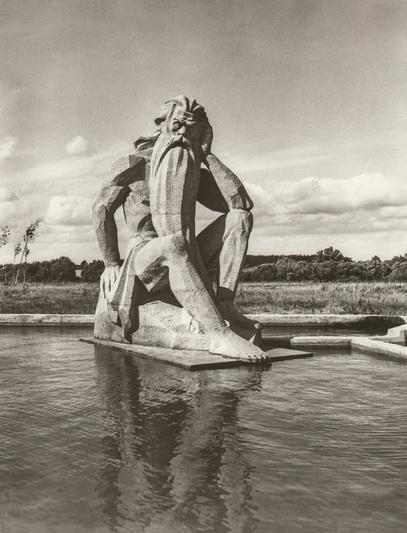 """1979 metais prie Panevėžio miesto nuotekų valymo įrenginių Papušių kaime pastatyta """"Nevėžio"""" skulptūra. PANEVĖŽIO KRAŠTOTYROS MUZIEJAUS RINKINIŲ nuotr."""