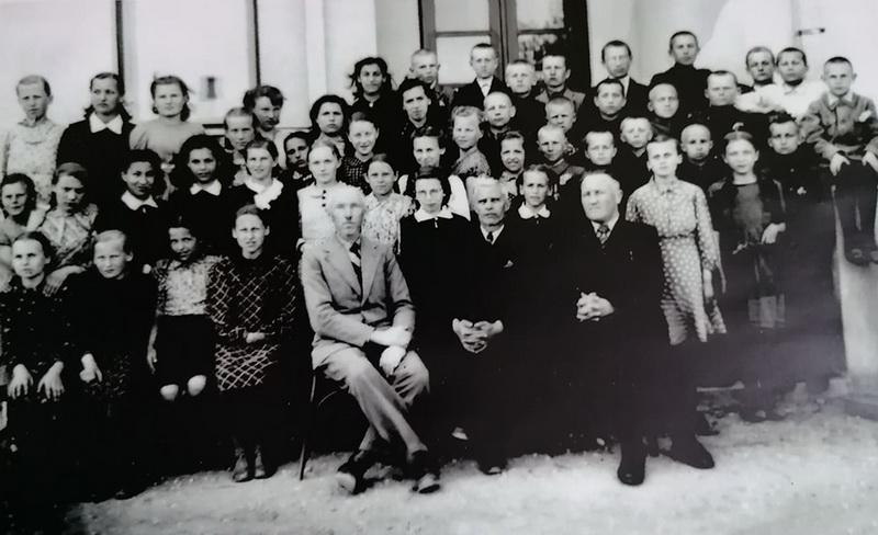 Paskutinė – 1941-ųjų – šešių skyrių Ramygalos pradinės mokyklos laida, kurioje dar mokėsi žydų tautybės mokiniai. RAMYGALOS GIMNAZIJOS MUZIEJAUS nuotr.
