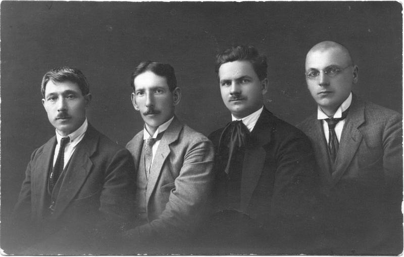 Hiršas Ichilčikas (kairėje) su kitais žinomais Panevėžio muzikais. PANEVĖŽIO KRAŠTOTYROS MUZIEJAUS nuotr.