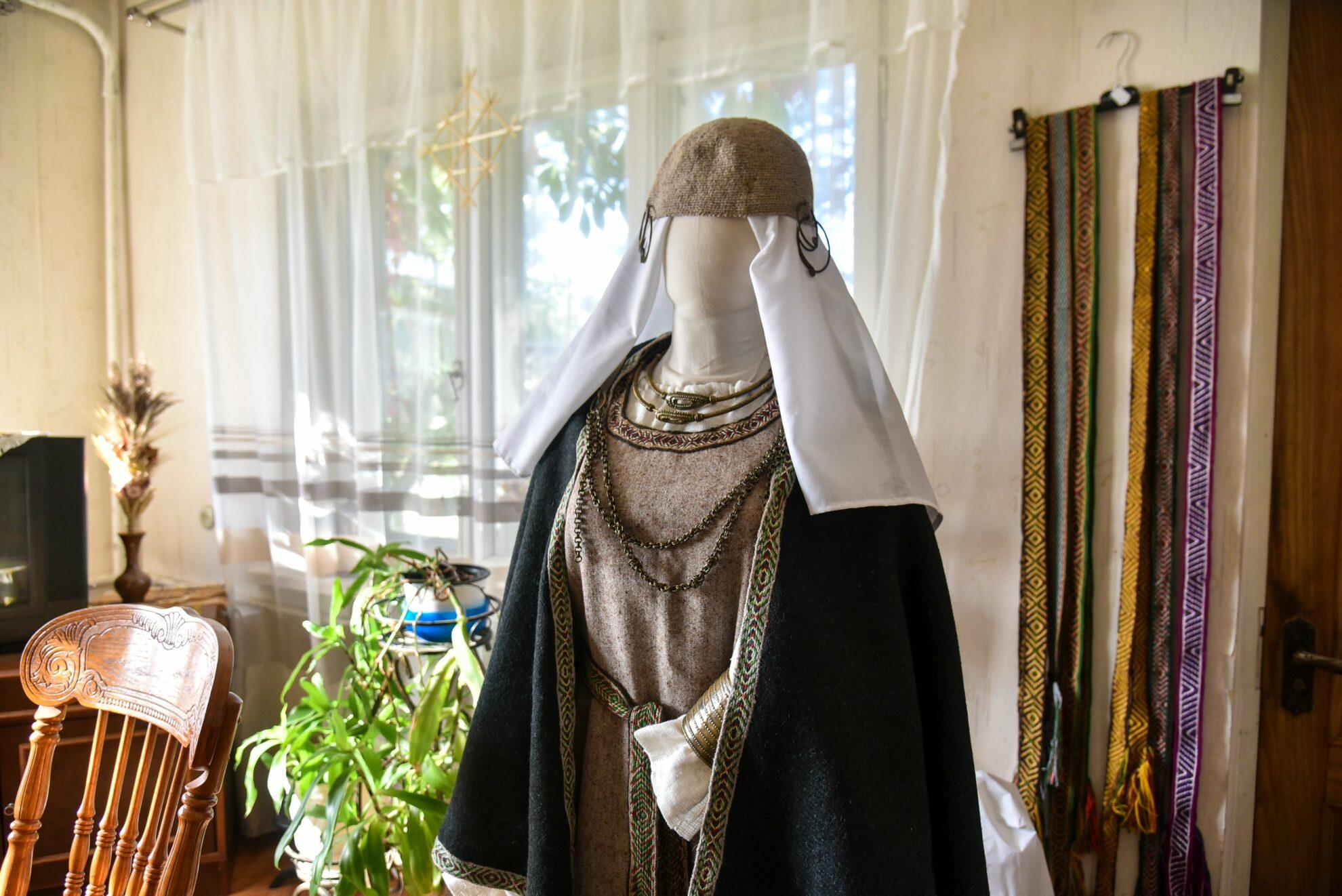 Iš visų tautodailininkės Alės Gegelevičienės kurtų baltiškų kostiumų namuose telikę vos porą – kiti iškeliavę pas moteris. P. Židonio nuotr.