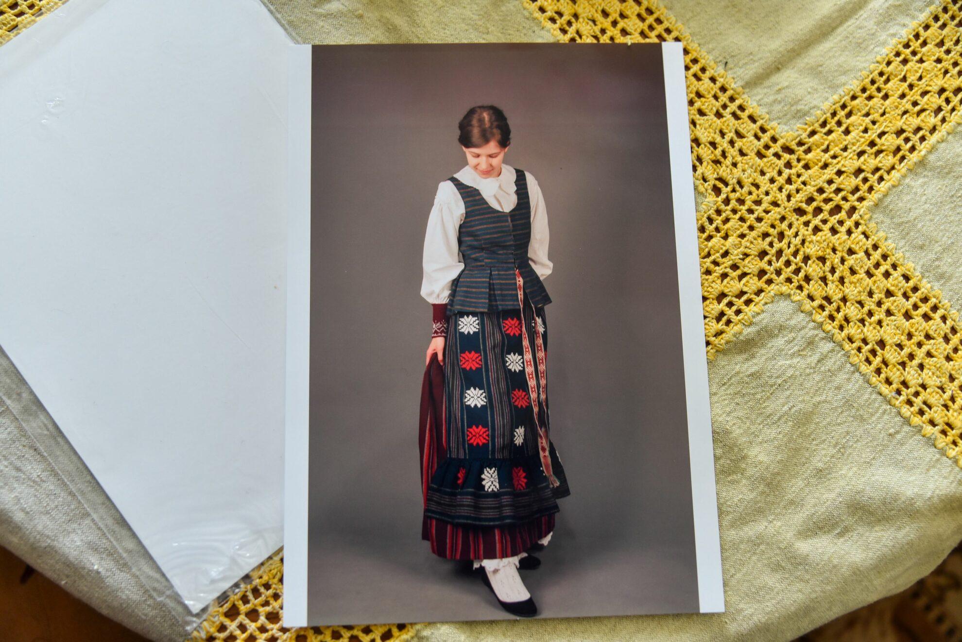 Kiekviena anūkei Deimai skirto išraiškingo kostiumo detalė kurta močiutės rankomis. P. Židonio nuotr.