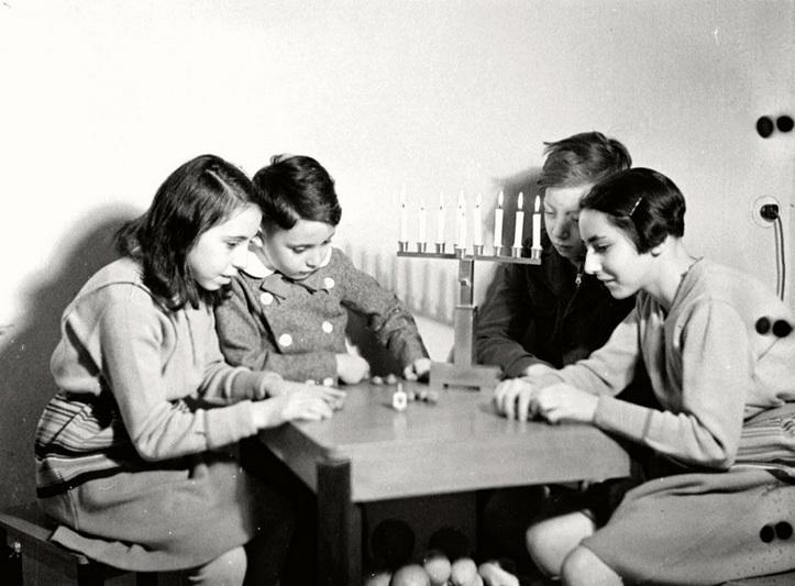 """Chanuka 4-ojo dešimtmečio Berlyne. Vaikai žaidžia su dreideliu – iš pažiūros paprastu žaisliniu vilkeliu, bet iš tikrųjų turinčiu daug gilesnę prasmę. """"YAD VASHEM"""" ARCHYVŲ nuotr."""