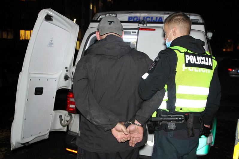 Dėl savo ir agresyviai nusiteikusio kaimyno saugumo išsigandusiems daugiabučio gyventojams Savivaldybė pataria kviestis policiją. T. MARKELEVIČIAUS nuotr.