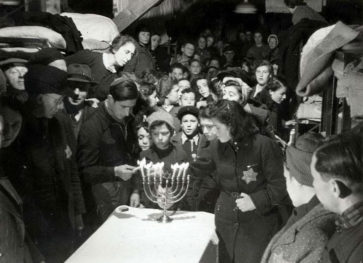 """1943-ieji. Belaisviai žydai dega Chanukos žvakes Vesterborko tranzitinėje koncentracijos stovykloje okupuotuose Nyderlanduose. """"YAD VASHEM"""" ARCHYVŲ nuotr."""