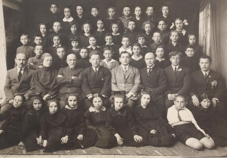 Panevėžio žydų pradžios mokyklos mokiniai ir pedagogai 1930 metais. PANEVĖŽIO MIESTO ŽYDŲ BENDRUOMENĖS nuotr.