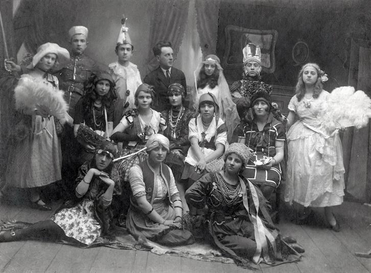 """Purim – viena smagiausių žydų švenčių, kurios metu rengiami ir jos istoriją atspindintys vaidinimai. """"YAD VASHEM"""" ARCHYVŲ nuotr."""